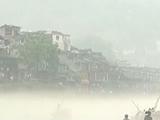 湖南普降暴雨致城区内涝 薄雾笼罩凤凰古城
