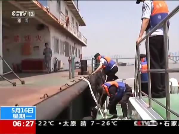 """江苏南京清理""""僵尸船"""" 确保长江航道安全"""