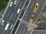 上海超载货车侧翻致桥面倾斜