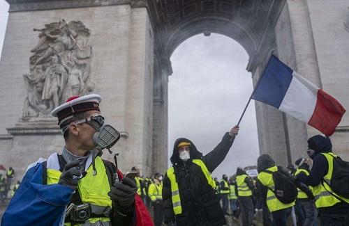 法国总理宣布暂停上调燃油税6个月