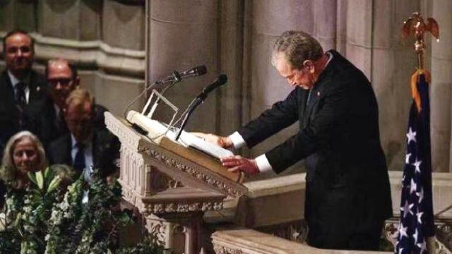 小布什在父亲葬礼上致悼词 一度哽咽